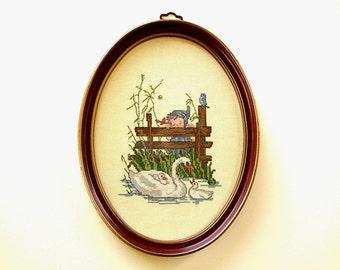 Charmant ancien ovale façonné encadré de croix au point de Mother Goose & bébé nager dans l'étang mignon Little Girl Blue Bird Cottage Chic tenture
