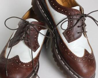 Weinlese-Frauen braun und weiß Dr. Martens Zuschauer Doc Martens Leder Schuh Damen Größe 5 hergestellt in England Schnürschuh
