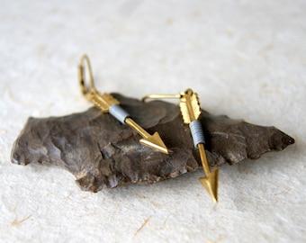 Gris flèche boucles d'oreilles - fil de laiton enveloppé flèches