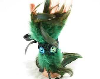 Peacock cabochons green Feather cuffs /  grün Feder Armstulpen mit Borte und Cabochons