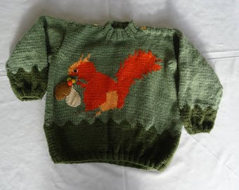 Sweater for baby boy with his squirrel and his pouch;