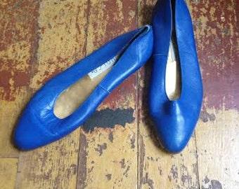 Vintage 1980's royal blue leather flats. size 7