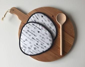 black and white arrow print potholders - mothersday gift - black and white fabric potholders - rounded kitchen potholders boho arrow print