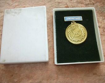 Medaille der DDR. Der junge Aktivist. Ostdeutschland FDJ Jugend kommunistische Organisation (Komsomol). Authentische / Vintage. Verpackung