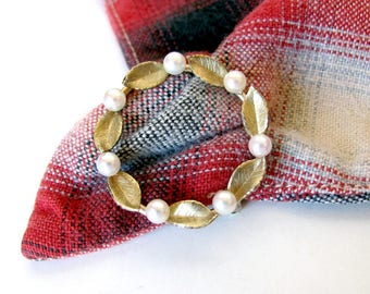 Circle pin, pearl and gold, vintage preppy rockabilly 1960s