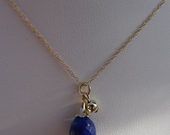 585 (14 K) gold necklace with lapis lazuli.