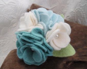 Filz Blumen Brosche weiß blau Perlen Schmuck Pin Corsage