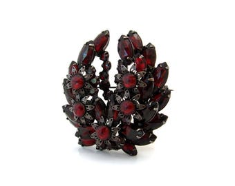 Vintage JULIANA Rose Cut Garnet Red Rhinestone Brooch, D&E Metal Flower Wreath Pin, 1960s Costume Jewelry