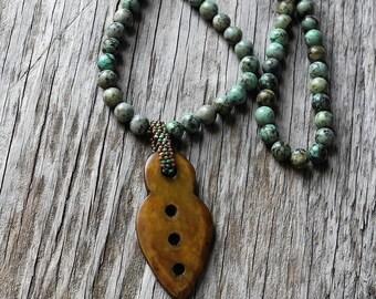 Long collier - perles de Turquoise africaine avec pendentif en Jade - Collier - perles balle pendentif en Jade - BOHO