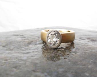Bague de fiançailles à large bande de femmes, double métal 950 palladium et 18 carats jaune bague en or, lunette sertie ovale moissanite, engagement éthique