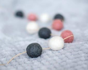 Felt ball garland - Pink mixture