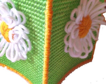 summer daisy tissue cover, spring tissue cover, Green, white and yellow Daisy tissue cover in plastic canvas