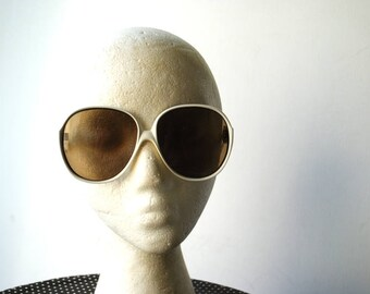 Mod vintage 70s, white lucite sunglasses with a light brown glass lenses and zigzag arms. Made in France. For the  thin  face.