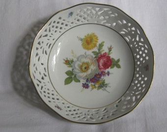 """Large openwork bowl with beautiful floral motif. Shell """"Ingres white"""", Marienbad. Serving dish. Diameter of about 23 cm. VINTAGE"""