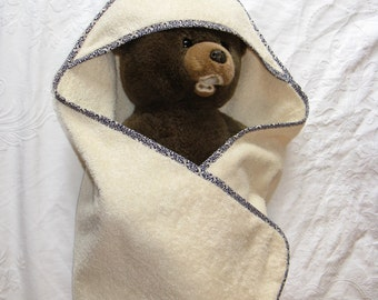 Bath towel for baby in 100% organic cotton with hood.
