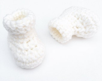 White crochet baby booties, crocheted baby slippers, slipper boots for babies, photo shoot prop, baby shower gift, new baby gift, newborn