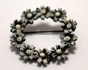 White Daisy Brooch, Vintage Daisy Pin, Costume Jewelry, Holiday  Gift Idea