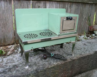 Vintage Green Electric Toy Stove and Oven Combination. Metal Ware Corporation. Works!