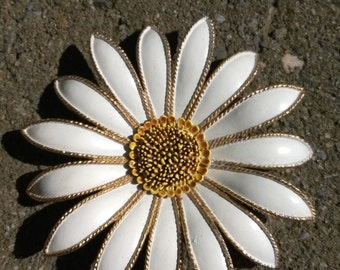 Dramatic Daisy Pin