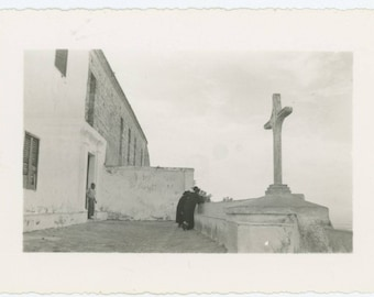 Vintage Snapshot Photo: Sign of the Cross (75581)