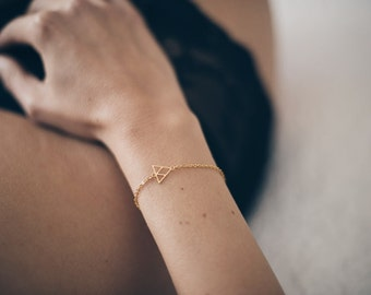 Tiny triangle bracelet, 18Kt gold plated brass · minimalist · geometric · dainty jewelry · contemporary · laser cut