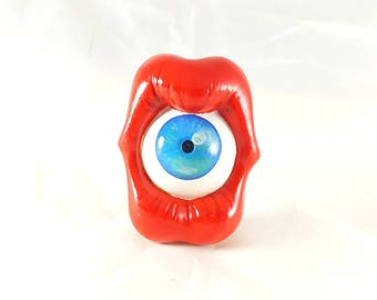 Grand Pin's bouche et oeil bleu