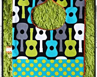"""Bavoir noir et turquoise/pois anis thème """"guitares """""""