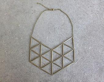 Collier plastron géométrique en laiton vieilli