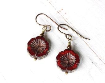 Boucles d'oreilles fleur rouge, fleur rouge en verre tchèque, boucles d'oreilles de style boho, boucles d'oreilles pensées rouges
