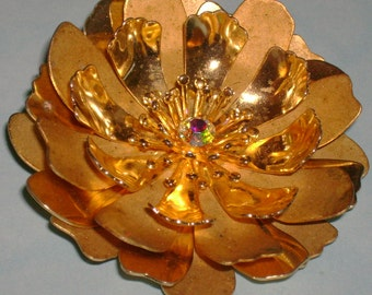 VJBRO-0002, BEAUTIFUL Vintage Goldtone Metal Flower Brooch with an AB Stone in the Middle