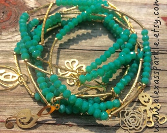 Jade colored set of bracelets made of crystal beads and gold plated charms - Semanario color jade con dijes de chapa de oro