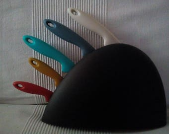 Knife block and his colourful 5 knives