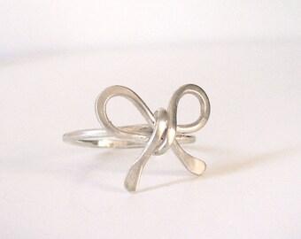 Süßer Schleife Ring - gehämmert Sterling Silberring - Draht umwickelt Ring - Versprechen Ring - Freundschaft, Liebe, Brautjungferngeschenk