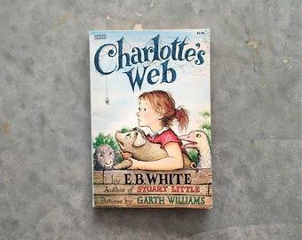 charlottes web paper back book   eb white vintage books   wilbur the pig kids books   1211105