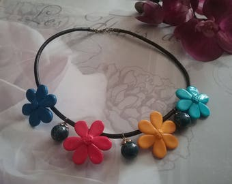 Necklace large flowers and pearls