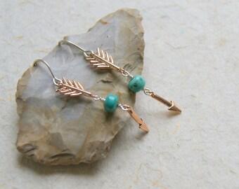 Les boucles d'oreilles flèche en or rose avec Sleeping Beauty perles en Turquoise