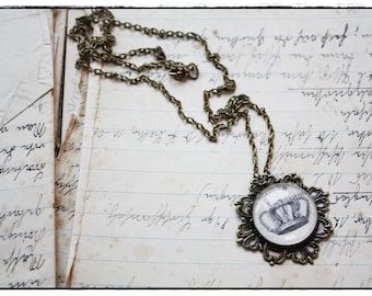 "brazen Necklace with round glass cabochon ""crown"""