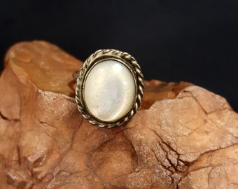 Vintage Mother of Pearl sterling silver ring - size 4