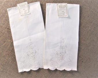 Vintage Guest Towel Set Antique Linens Hand Embroidered Cutwork Cottage Bath Guest Room Decor White Embroidery Vintage Linens