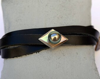 Men's leather bracelet with mother of pearl and Tahitian pearl
