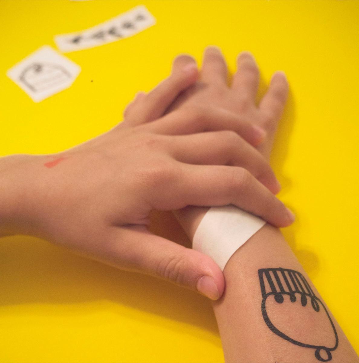 1-apply-tattoo_1200x1212