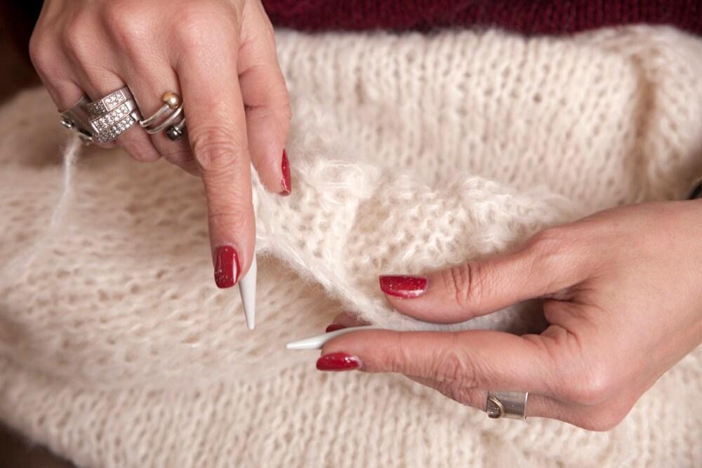 hands_knitting_closeup