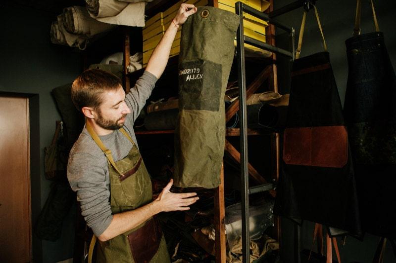 fs_kruk-garage_examining_fabric_800x533