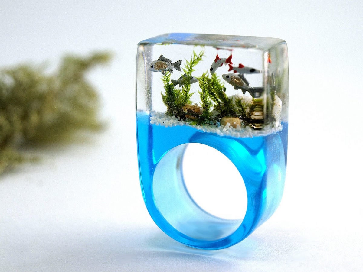 A resin ring designed by Geschmeide Unter Teck to look like a miniature aquarium.