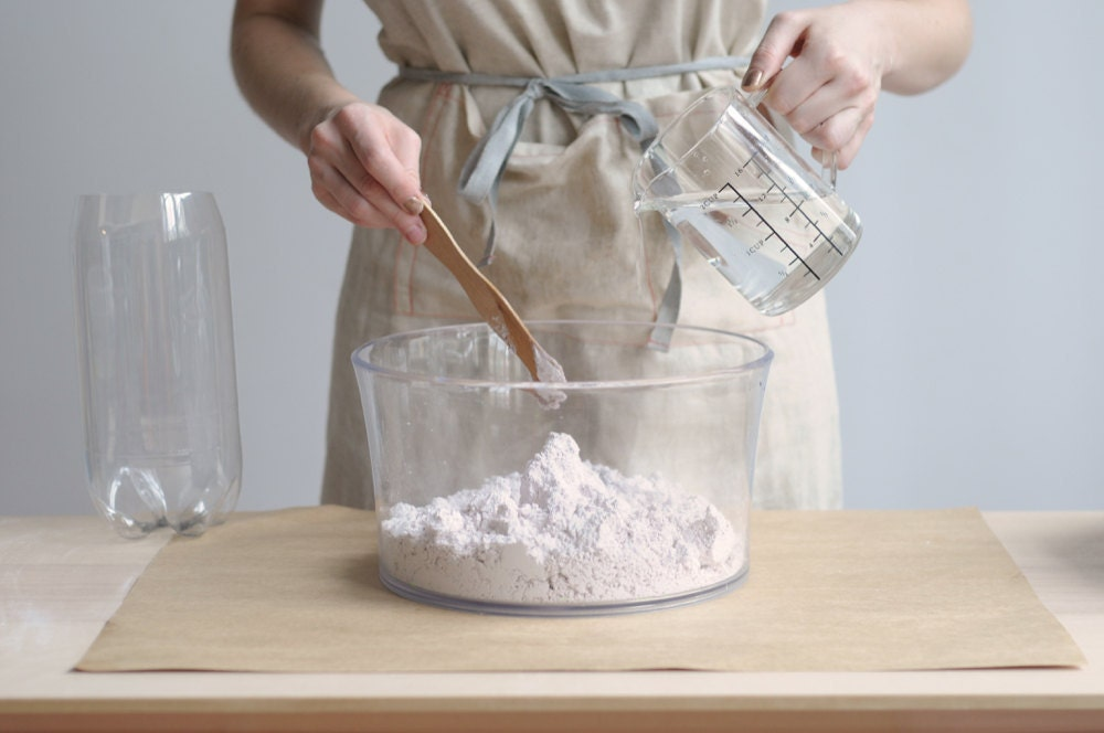 Adding water to the alginate powder