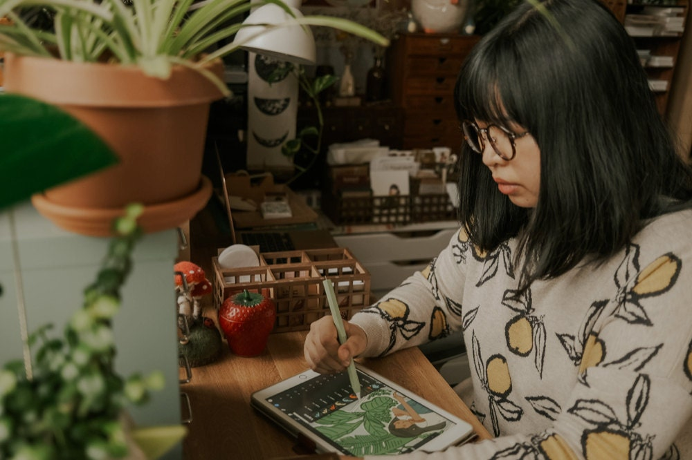 Justine drawing on her tablet