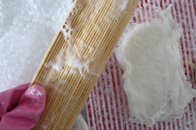 pasamos a masajear la lana con ayuda de una alfombrilla de bambú y bolsa de burbujas
