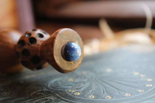 Blue Kyanite in the pommel, a perfect match. Directly touching the core.