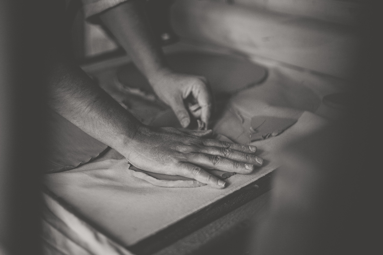 Les mains du potier, artisane dans le Vaucluse.