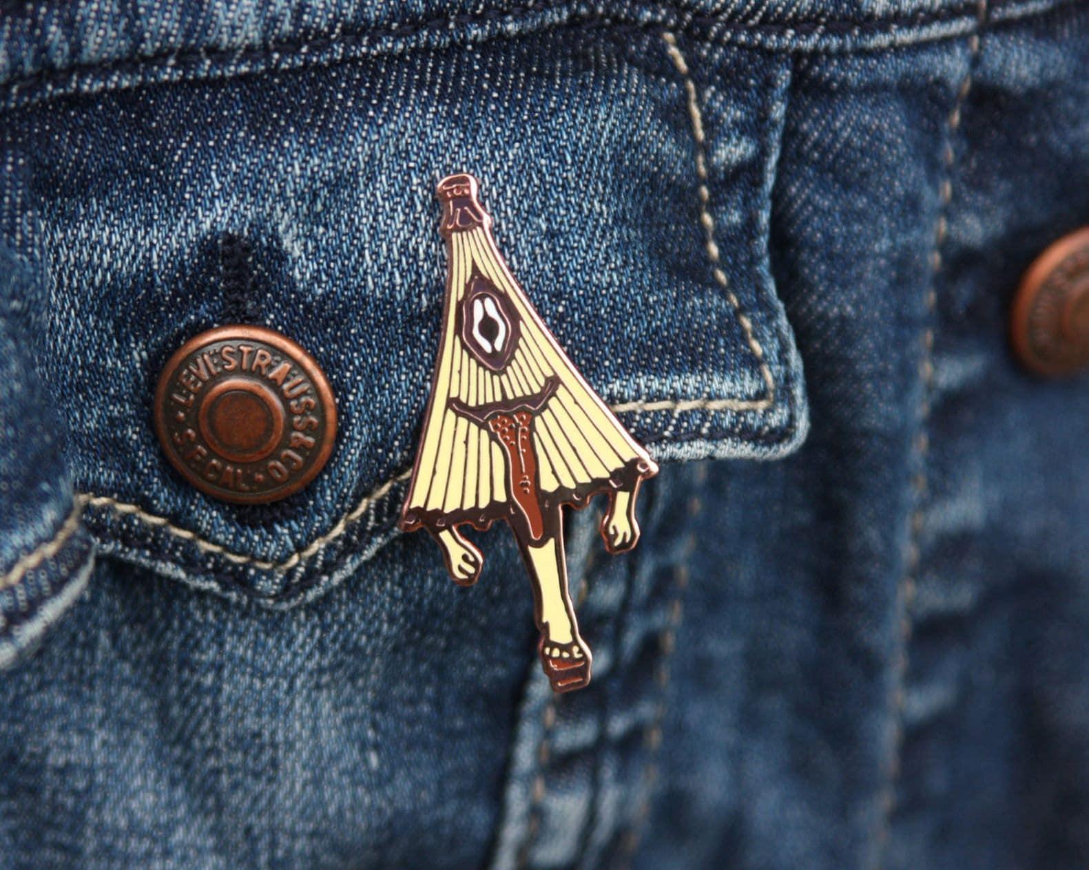 Pins de Kasaobake porté sur un blouson en jean